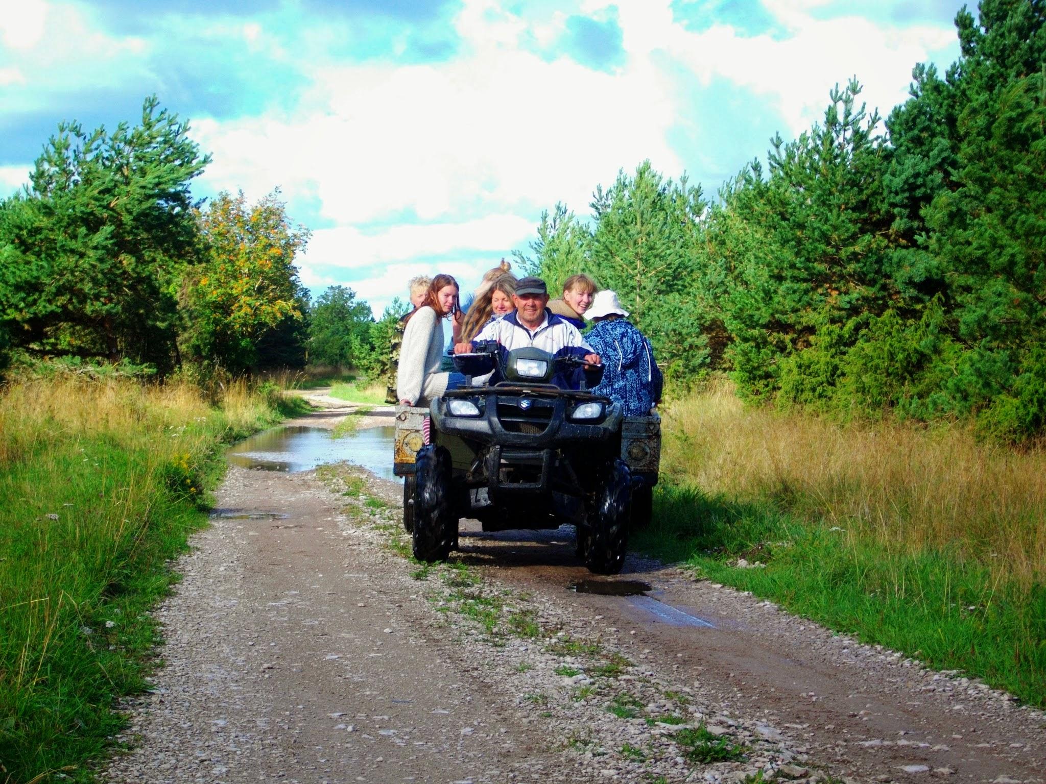 Kohalik jutupaunik Lenin sõidutas meid erinevate tööpaikade vahel lahkesti oma ATV järelkärus. Foto: Epp Libe.