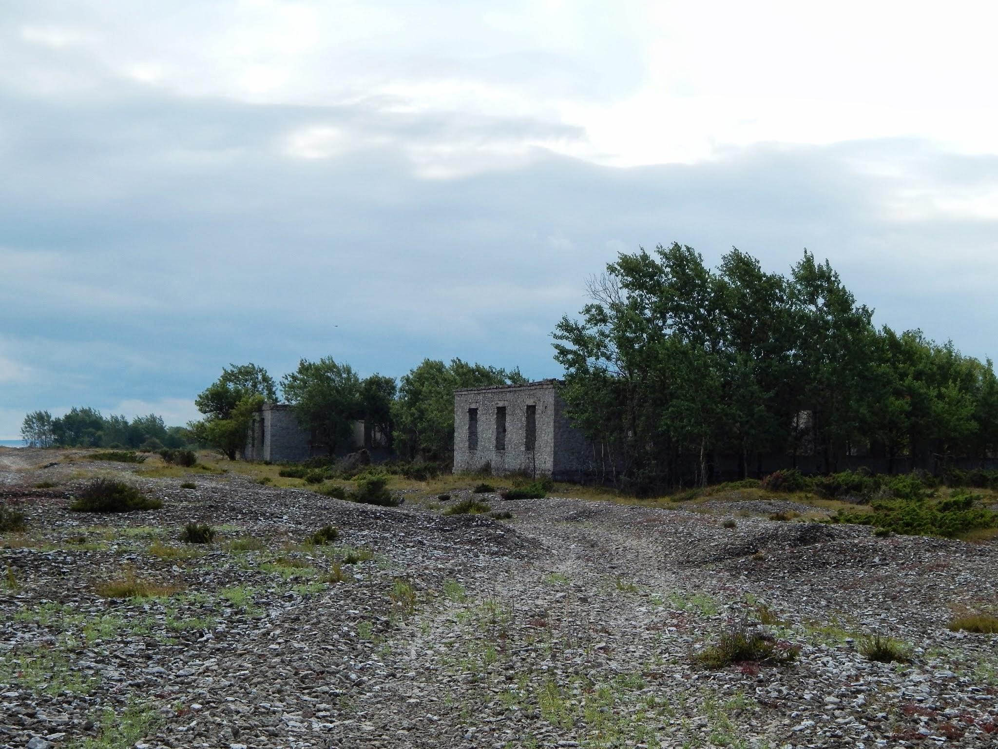 Vanad kasarmud ja siinsele rannikule iseloomulikud klibuvallid. Foto: Eve Rohula
