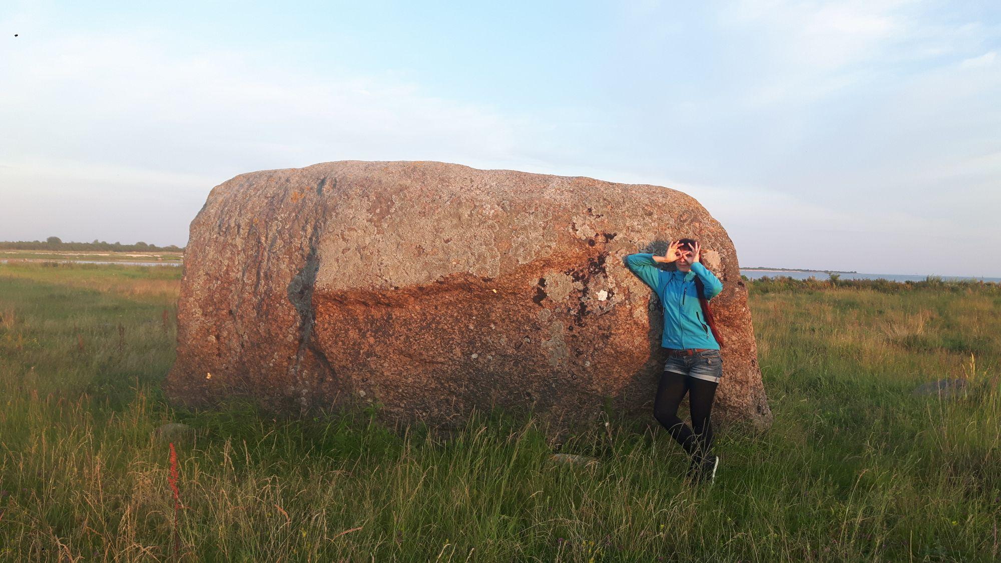 Loonalaiu suurima rändrahnu tõi kunagise taluperemehe sõnul oma asupaika ajujää. Foto: Lona Päll.