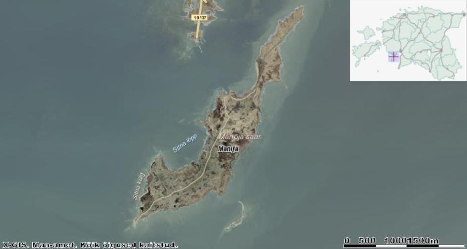Manilaiu sadam jääb mandril olevast Munalaiu sadamast kõigest 800 m kaugusele. Pildi allääres olev väike saareke on Anõlaid ehk Anilaid. Saare keskosa läbiv külatee viib välja lõunatipus asuva tulepaagi juurde (pildil alumises ääres). Allikas: Maa-ameti Geoportaal