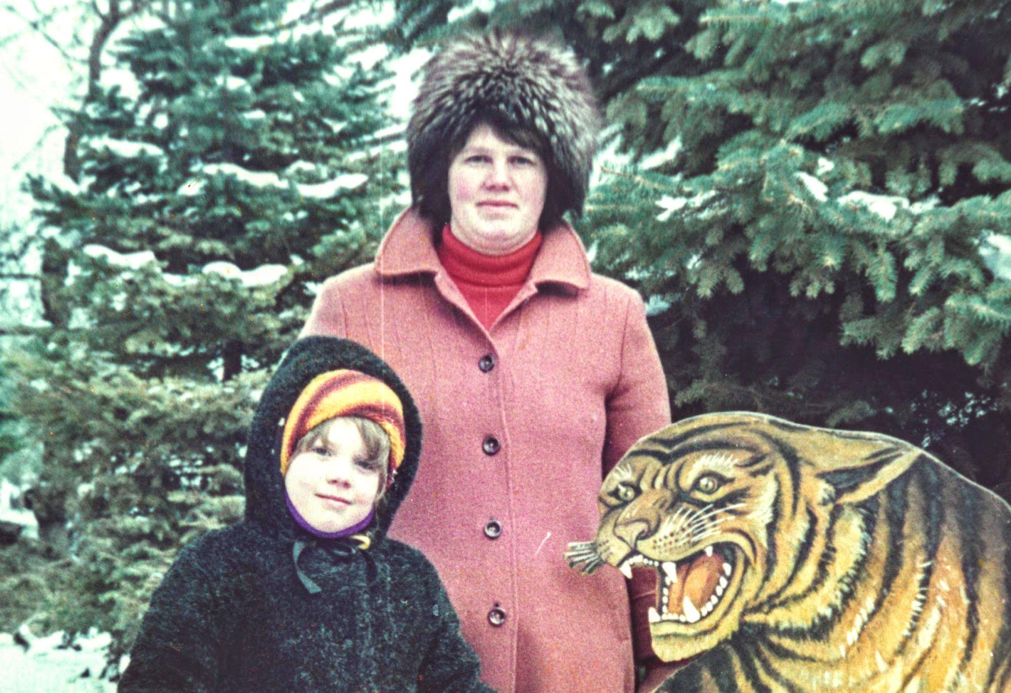 Loo autor koos karvamütsi, tütre ja tundmatuks jääda sooviva tiigriga eputamas Anapas
