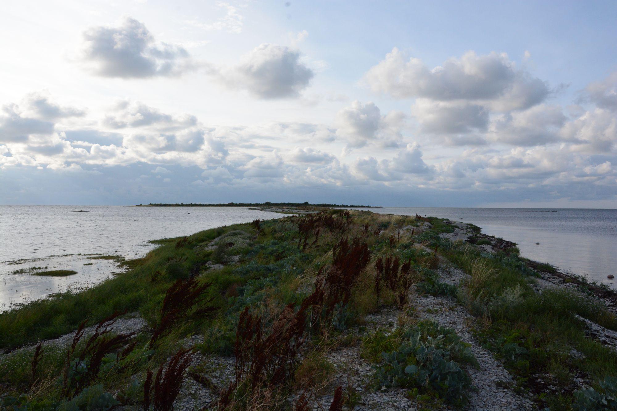 Vesilood ühendab Vilsandiga pikk maasäär. Foto: Kadri Paomees