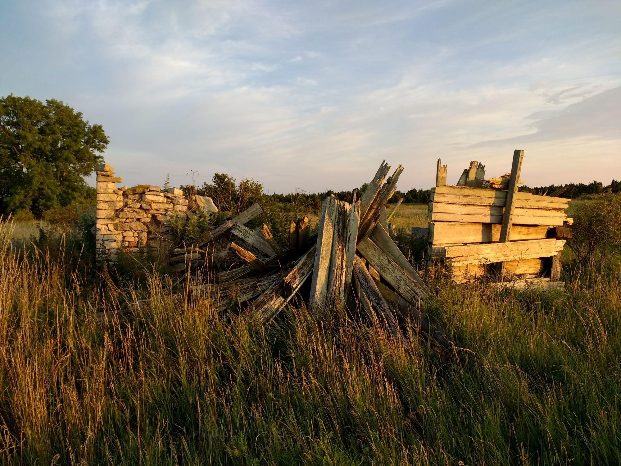 Vanal taluõuel patseerides võib hea ettekujutuse korral silmade ette manada pildi siin minevikus avanenud vaatest. Foto: Kadri Aller.